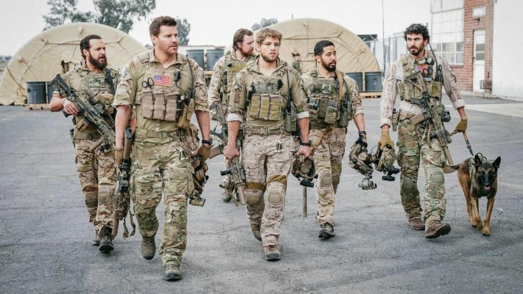 En bild på de medverkande i tv-serien SEAL Team som visas på Viaplay.