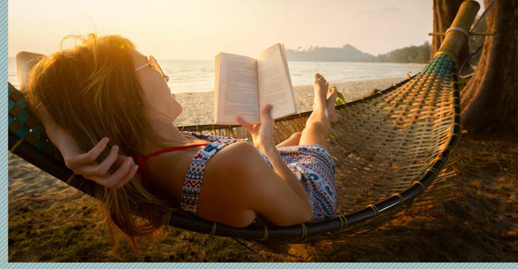 Kvinna på semester hängmatta strand
