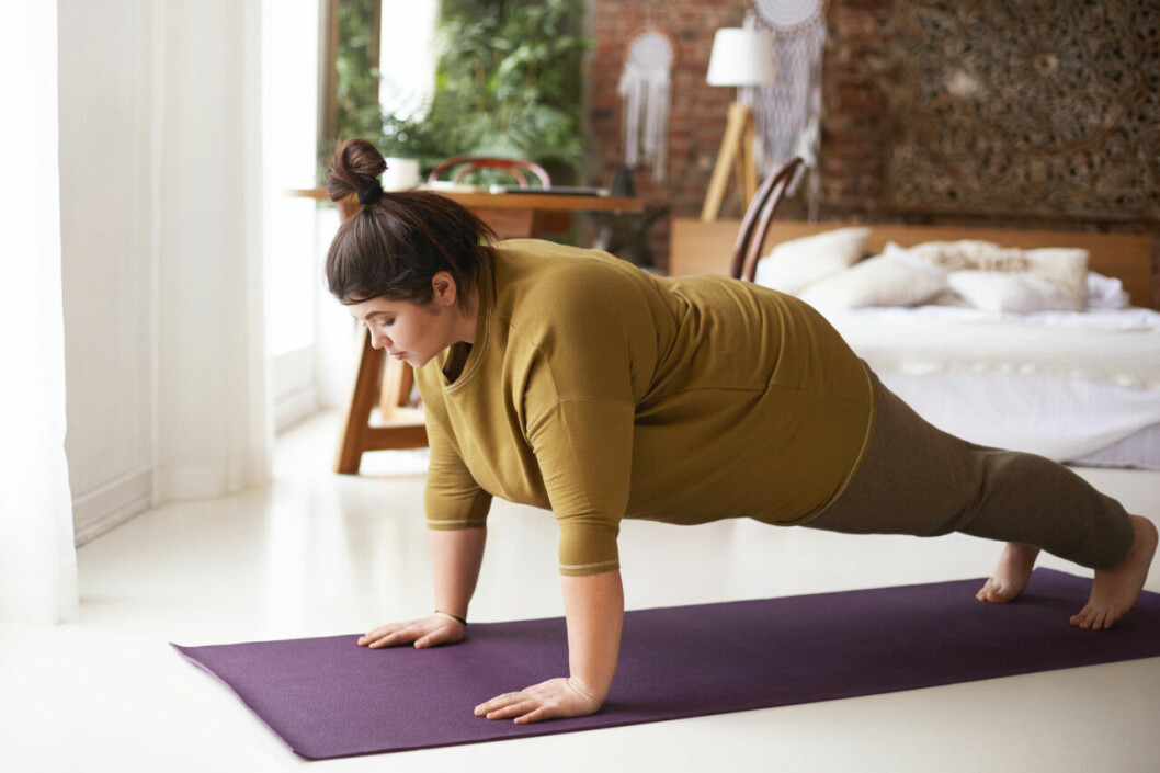kvinna som gör yoga