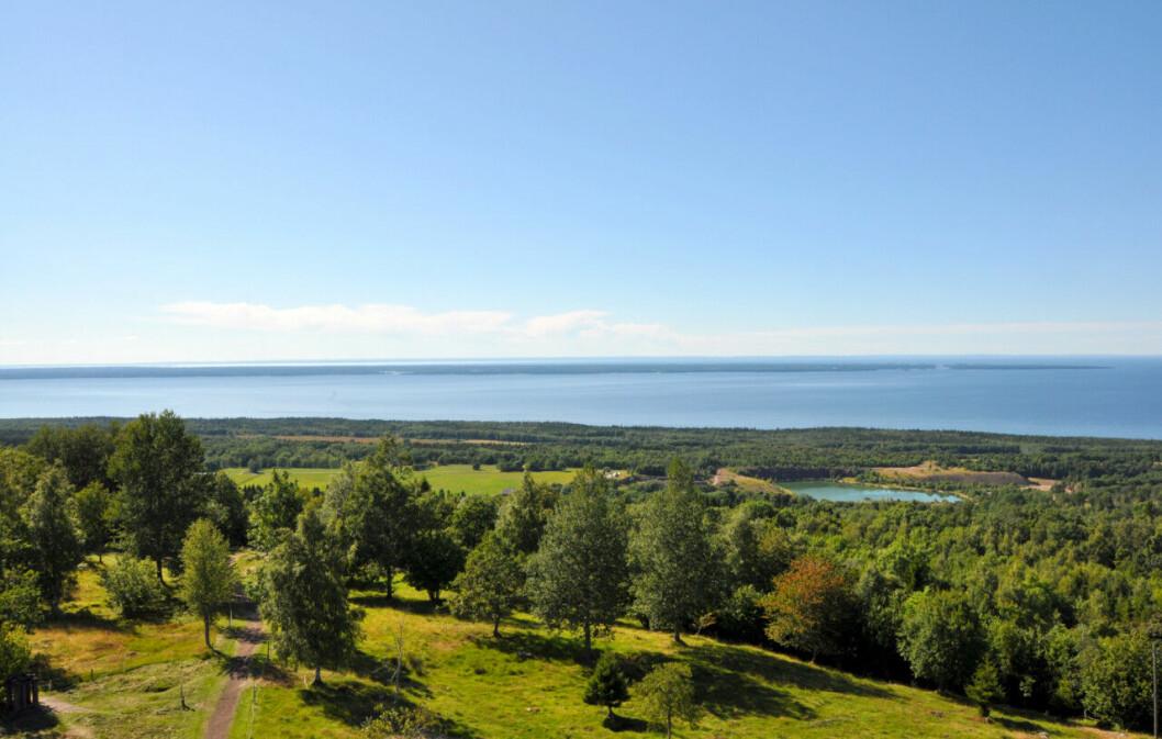 Ta tåget och upptäck Sveriges största sjö från vackra Kinnekulle.