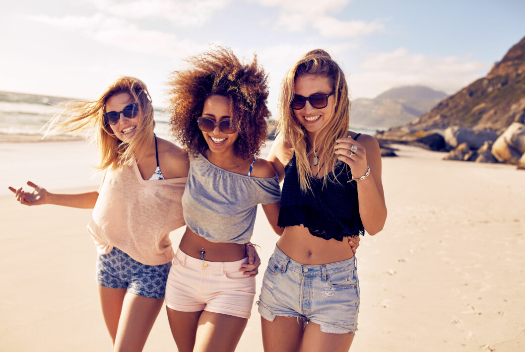 Tre vänner på en strand