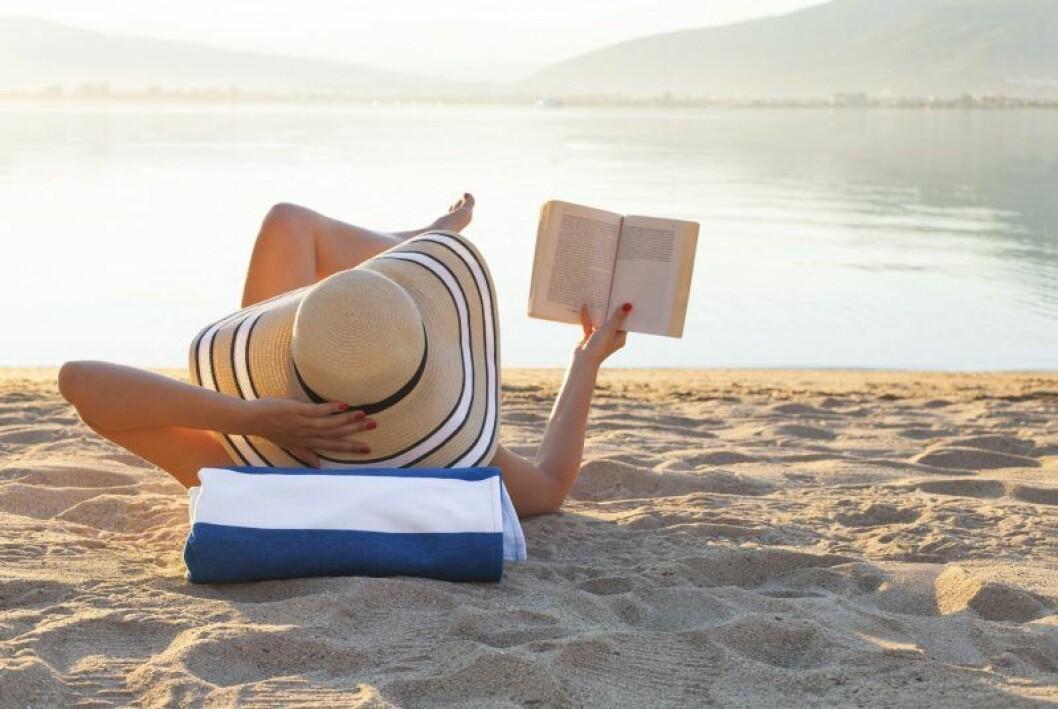Person som läser på stranden
