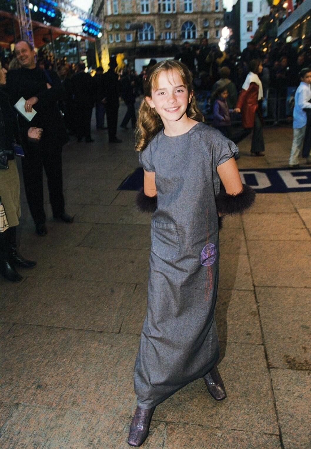 """EMMA WATSON på premiären av """"HARRY POTTER AND THE PHILOSOPHER'S STONE"""" WORLD FILM PREMIERE HELD på THE ODEON CINEMA IN LEICESTER SQUARE, LONDON, BRITAIN. 4 NOV 2001"""
