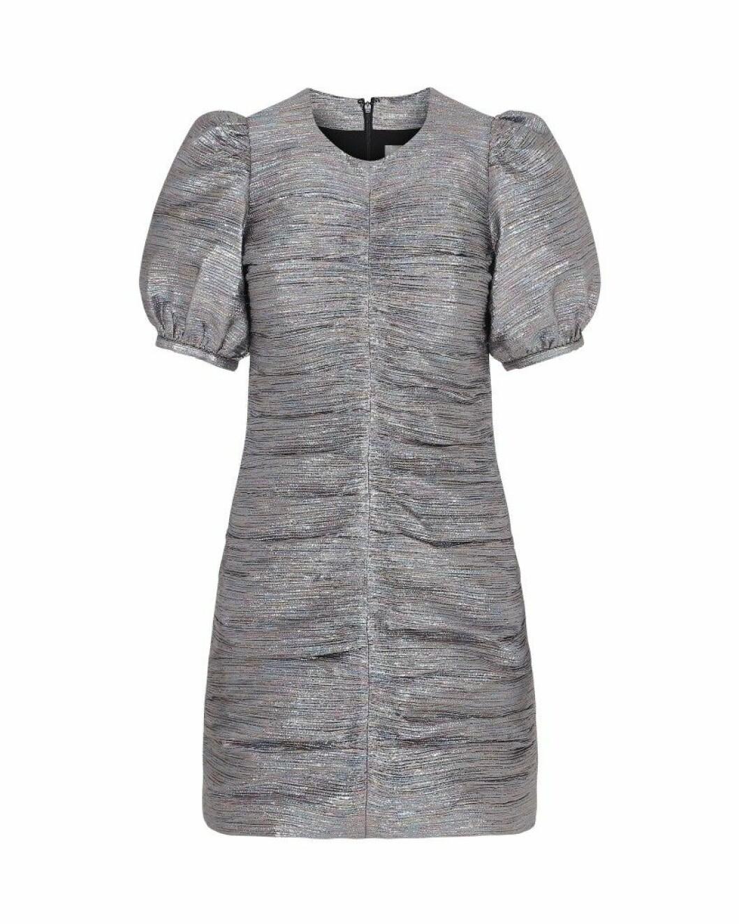 Silverfärgad festklänning med puffärm för dam till 2019