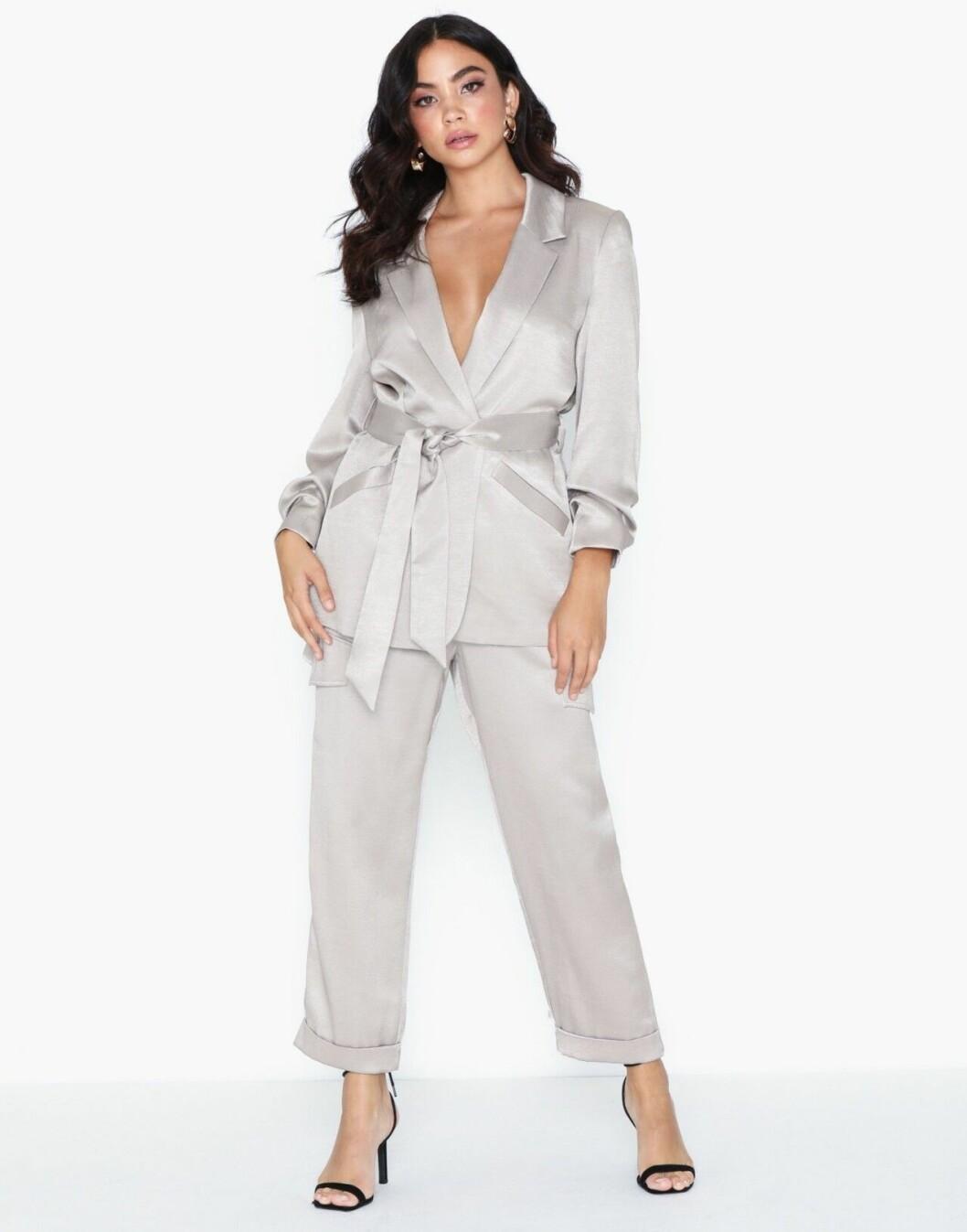 Silverfärgad kostym för dam till fest
