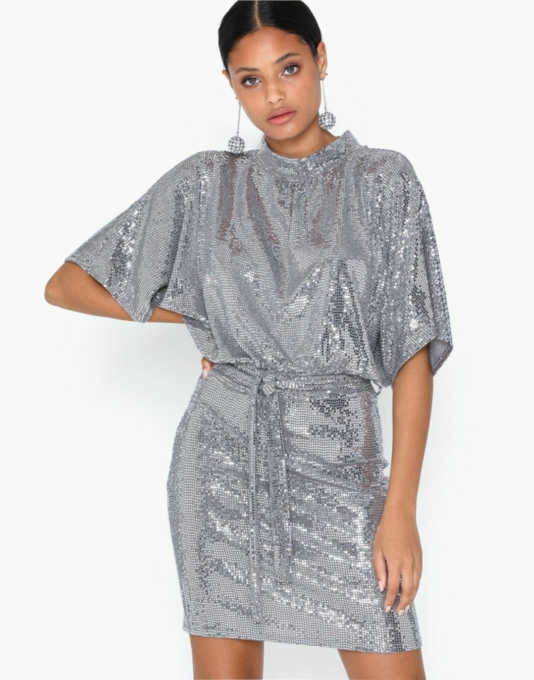 Silverfärgad paljettklänning till festen