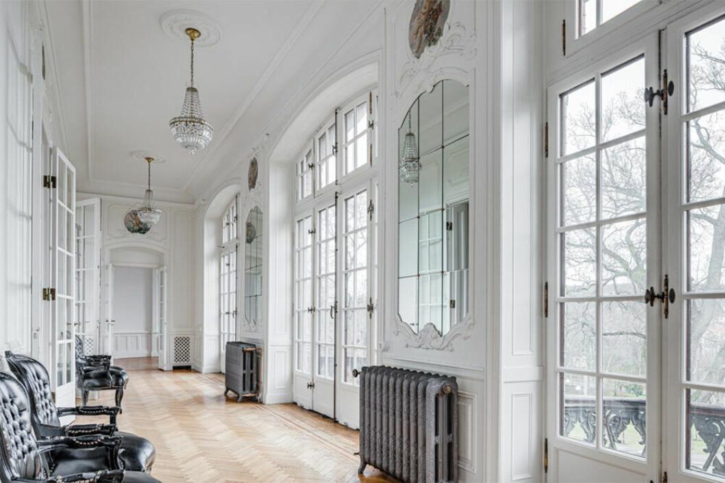 Vackert galleri med stora fönster
