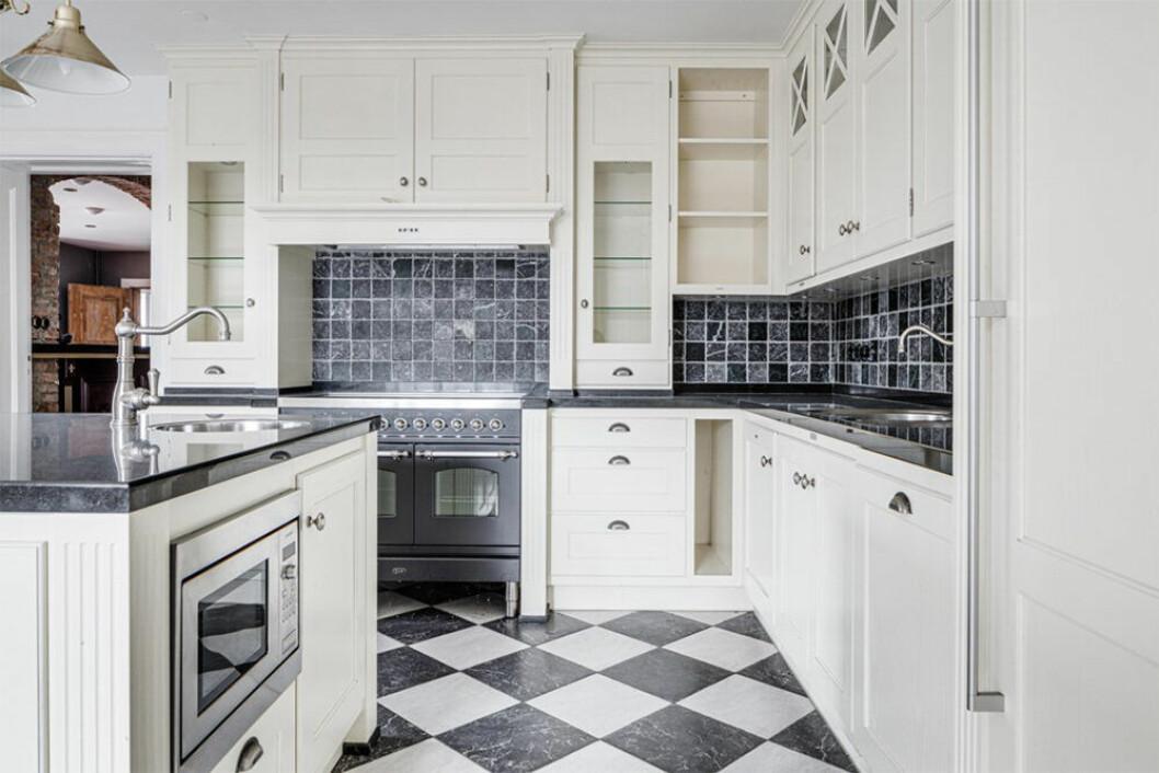 Kök i lantlig stil med schackrutigt golv