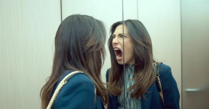 Leya skriker i spegeln..