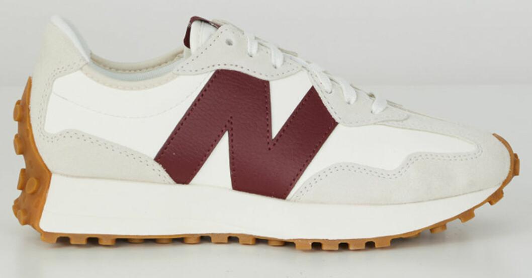 sneakers från new balance med logga på sidan