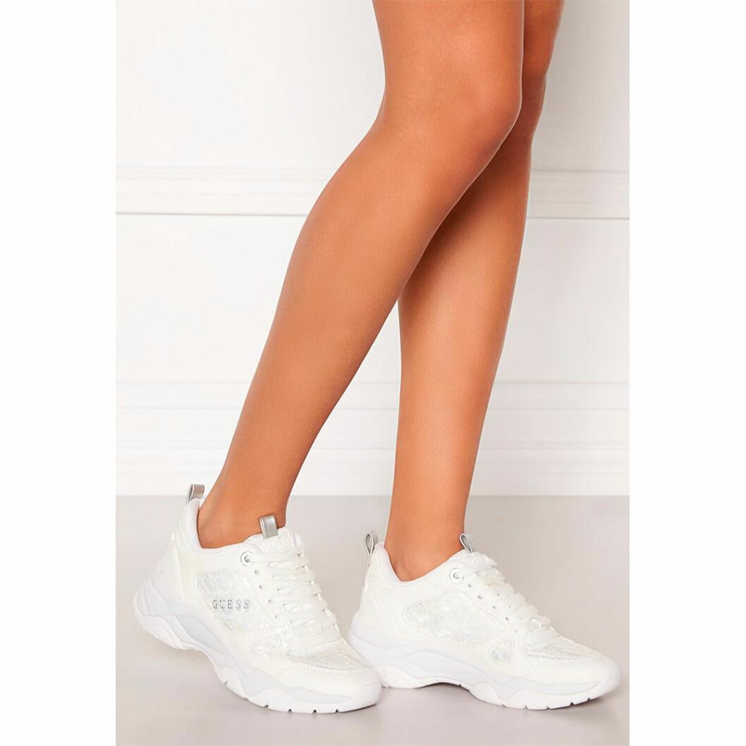 Vita sneakers till bruden