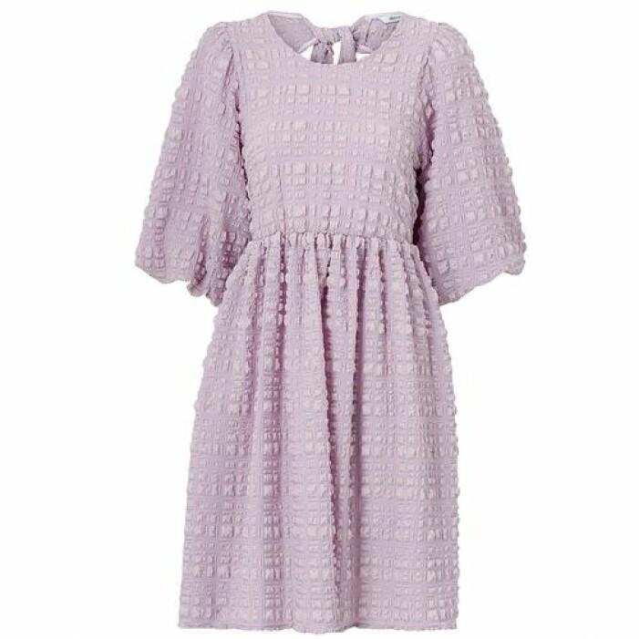 Lila klänning med öppen rygg