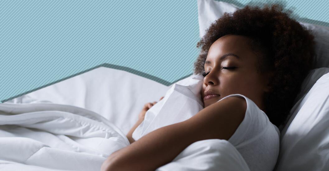 Kvinna sover i en säng