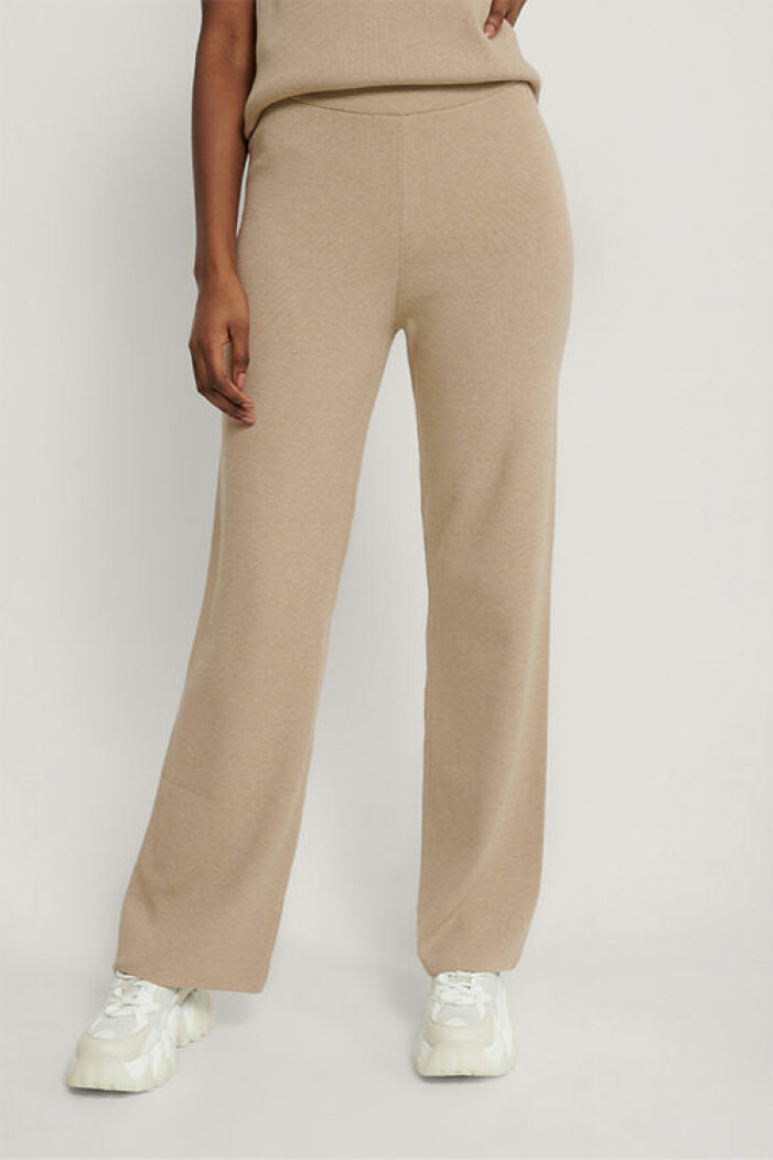 Stickade beige byxor från Na-kd