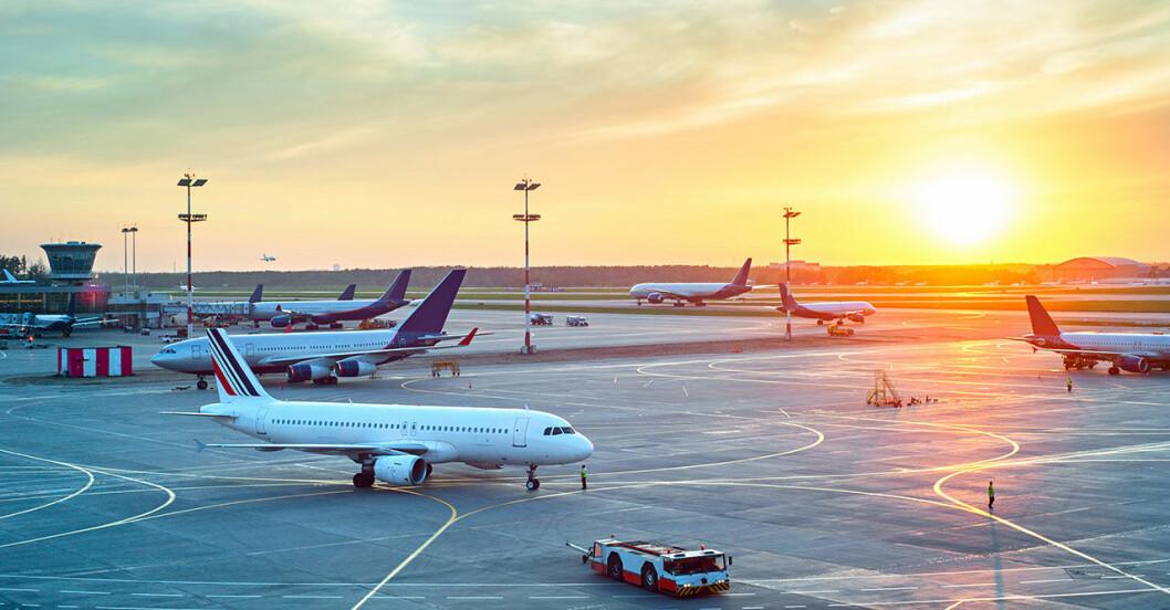 flygplan på en flygplats