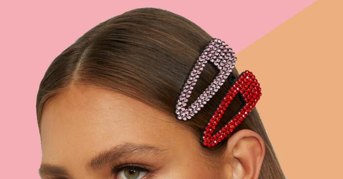 Stora rosa och glittriga hårspännen i en kvinnas hår.