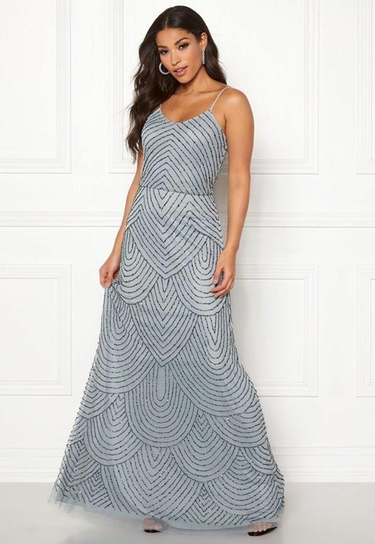 En bild på en ljusgrå långklänning med detaljer i strass.