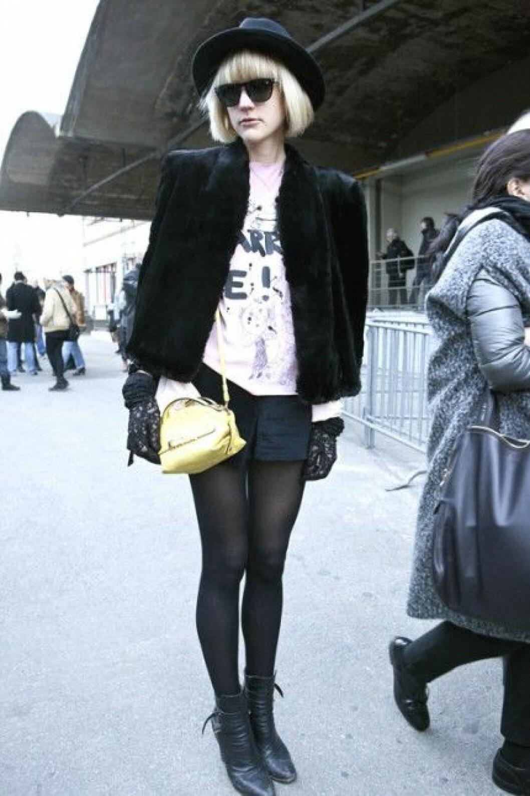 Ida Pyk i hatt under Paris Fashion Week, A/W 2010.