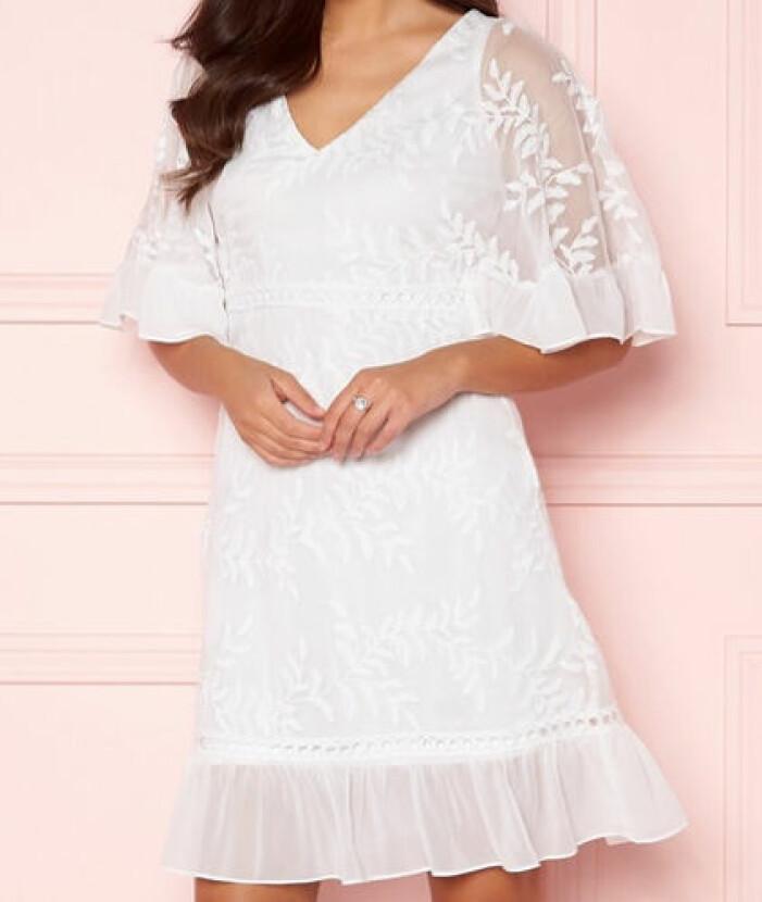 Vit klänning med volangdetaljer från Happy Holly.