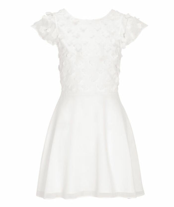 Vit klänning med 3D-blommor och djup rygg från Bubbleroom.