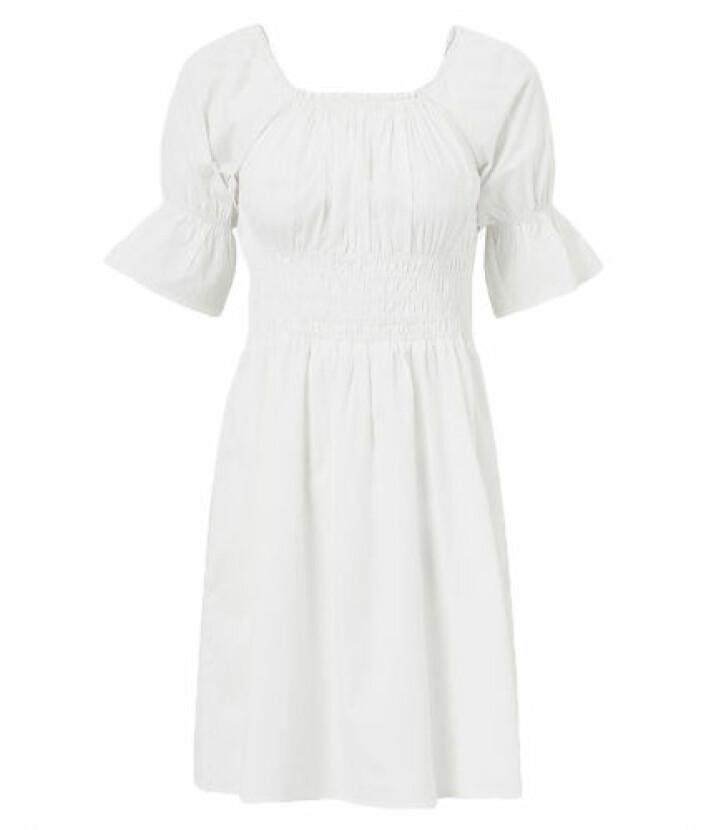 Vit klänning med smockade detaljer från Vila