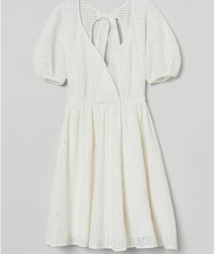En kort klänning i skir, strukturvävd kvalitet från H&M.