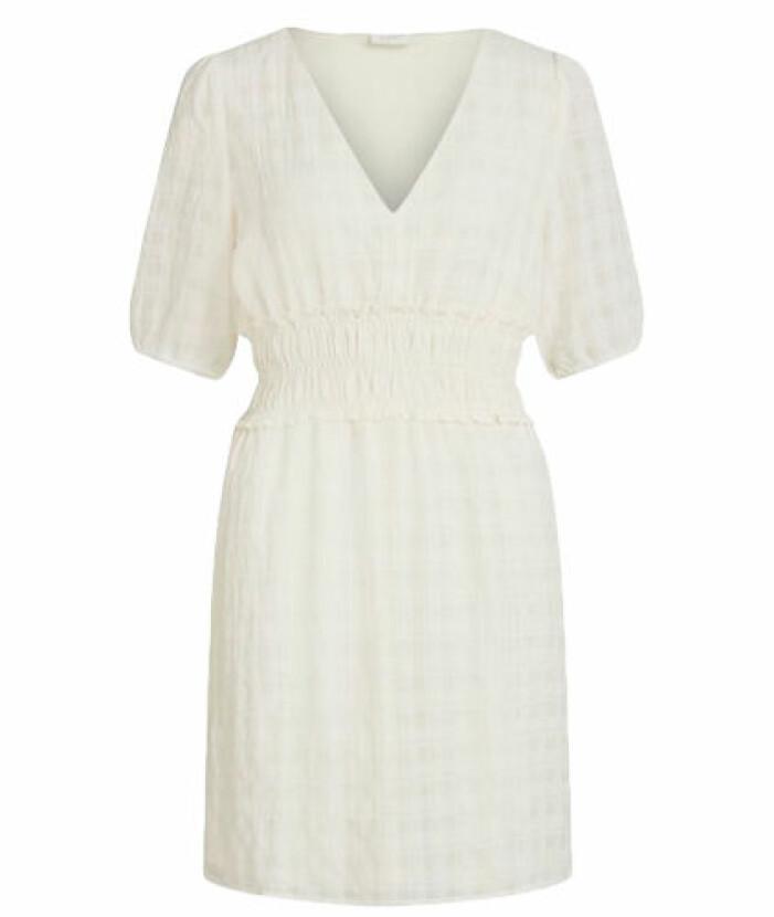 Student 2021 Benvit klänning med smockade detaljer från Vila