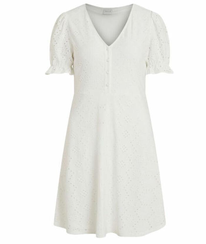 Vit klänning med broderade detaljer från Vila.