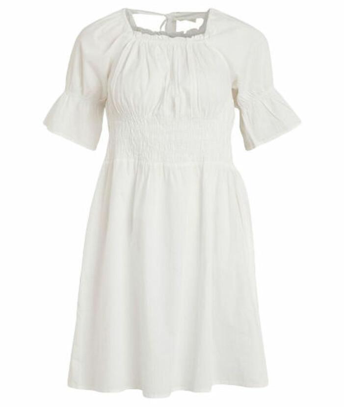 Vit klänning med smockade detaljer från Vila.