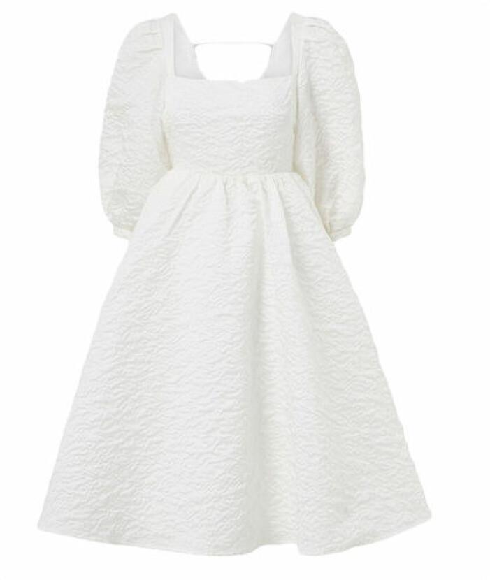 Vit klänning med puffärmar och öppen rygg från Joelle.