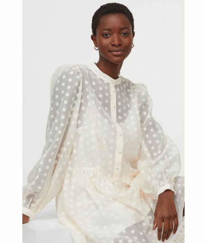 Vit klänning med prickar från H&M.