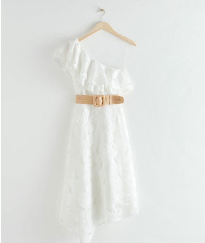 Vit spetsklänning i one shoulder-modell från & Other Stories.