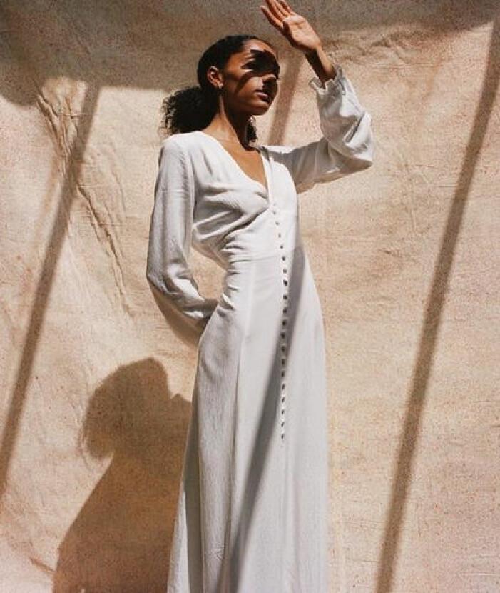 Vit lång klänning med knappar studentklänning