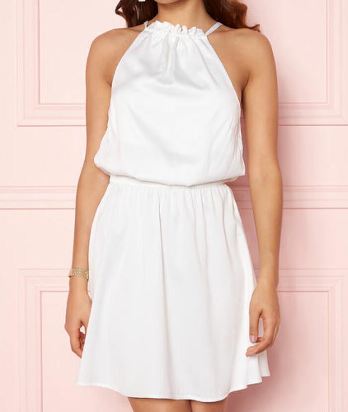 Vit klänning i halterneck-modell från Bubbleroom