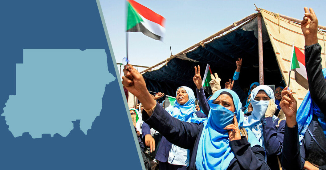 Blå karta över Sudan och kvinnor som protesterar mot massakern och våldtäkterna.
