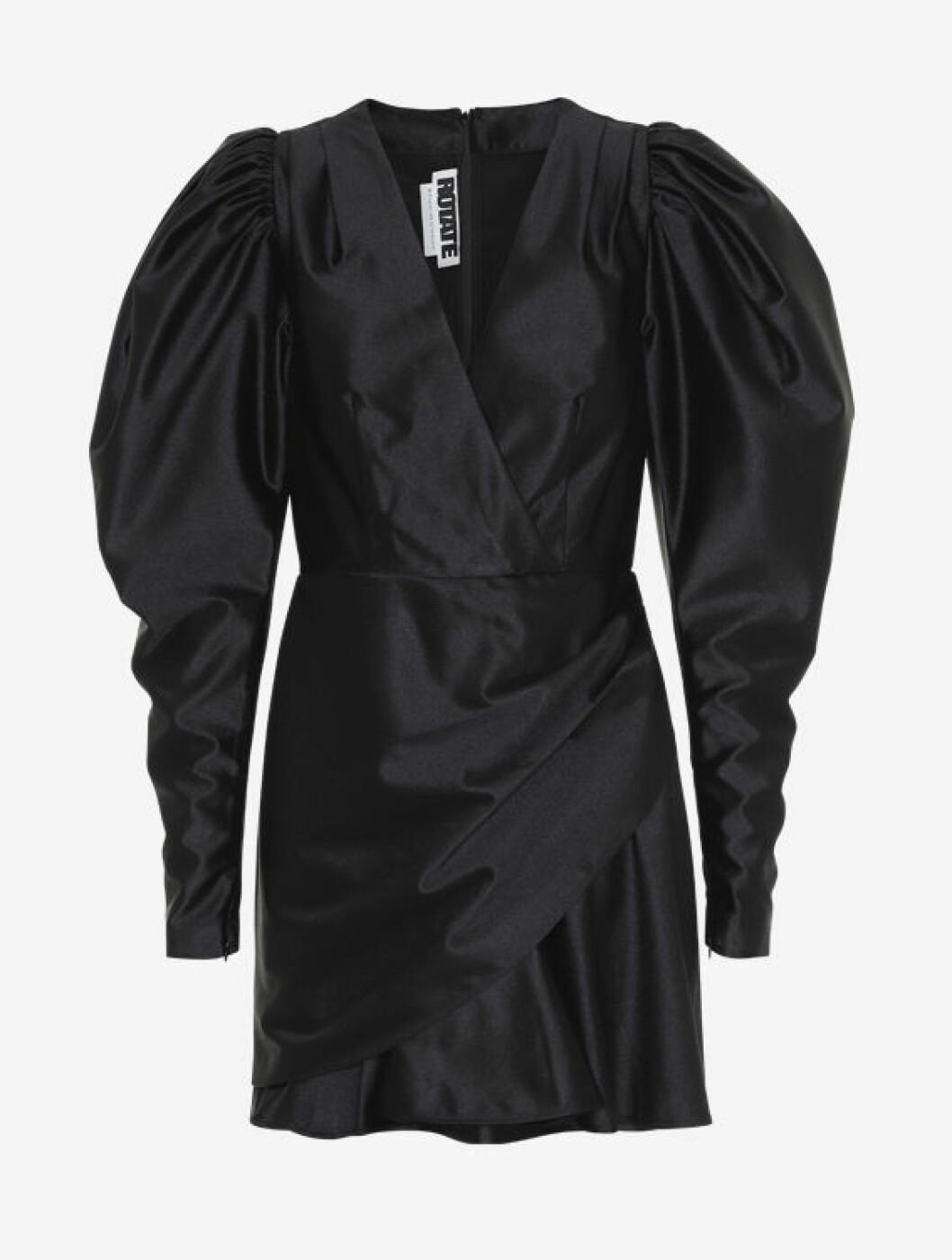 Svart festklänning med puffärm till nyår 2019