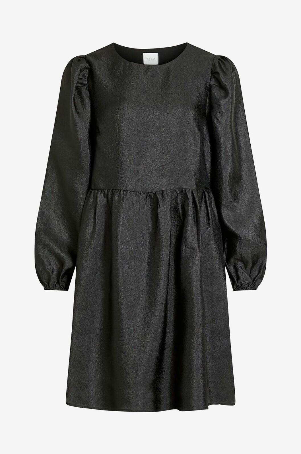Svart julklänning med lång ärm och med utställd kjol