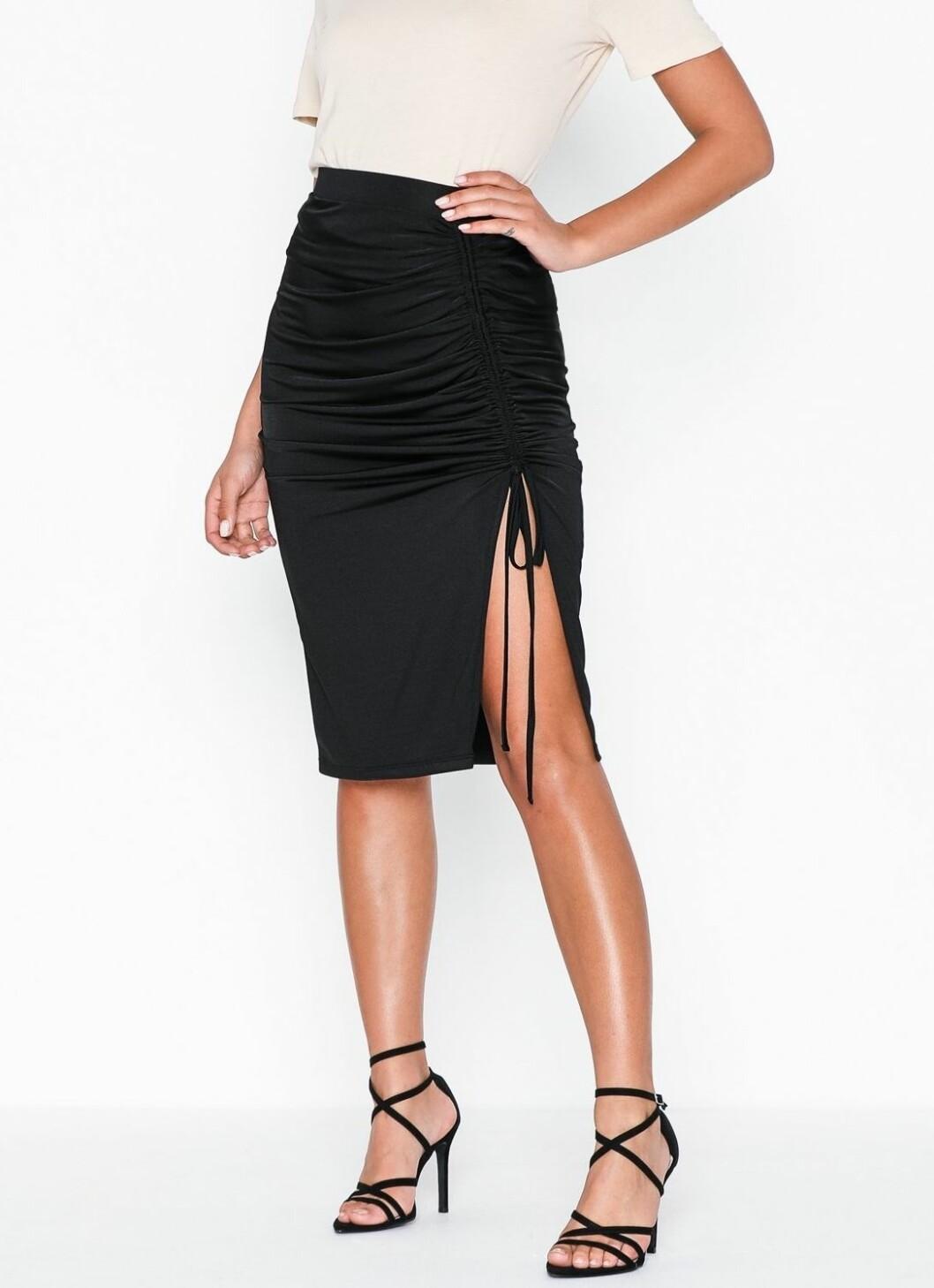 Svart kjol med slits och rynkat tyg från Nelly