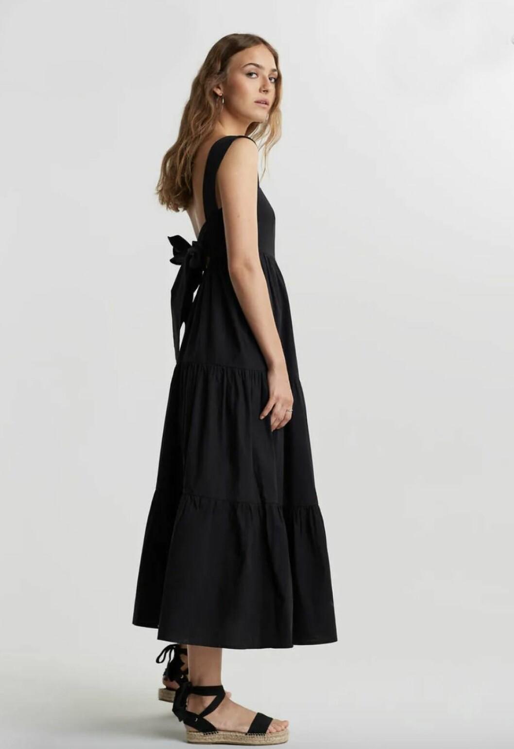 Svart klänning med öppen rygg för dam till 2020