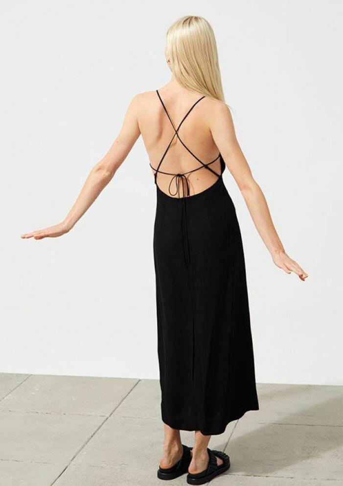 svart klänning med öppen rygg med snörning från H&M