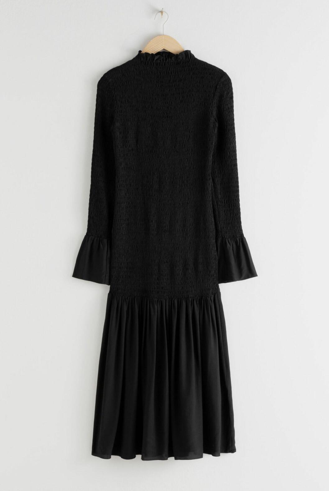 Svart smockad klänning med lång ärm för dam till 2020