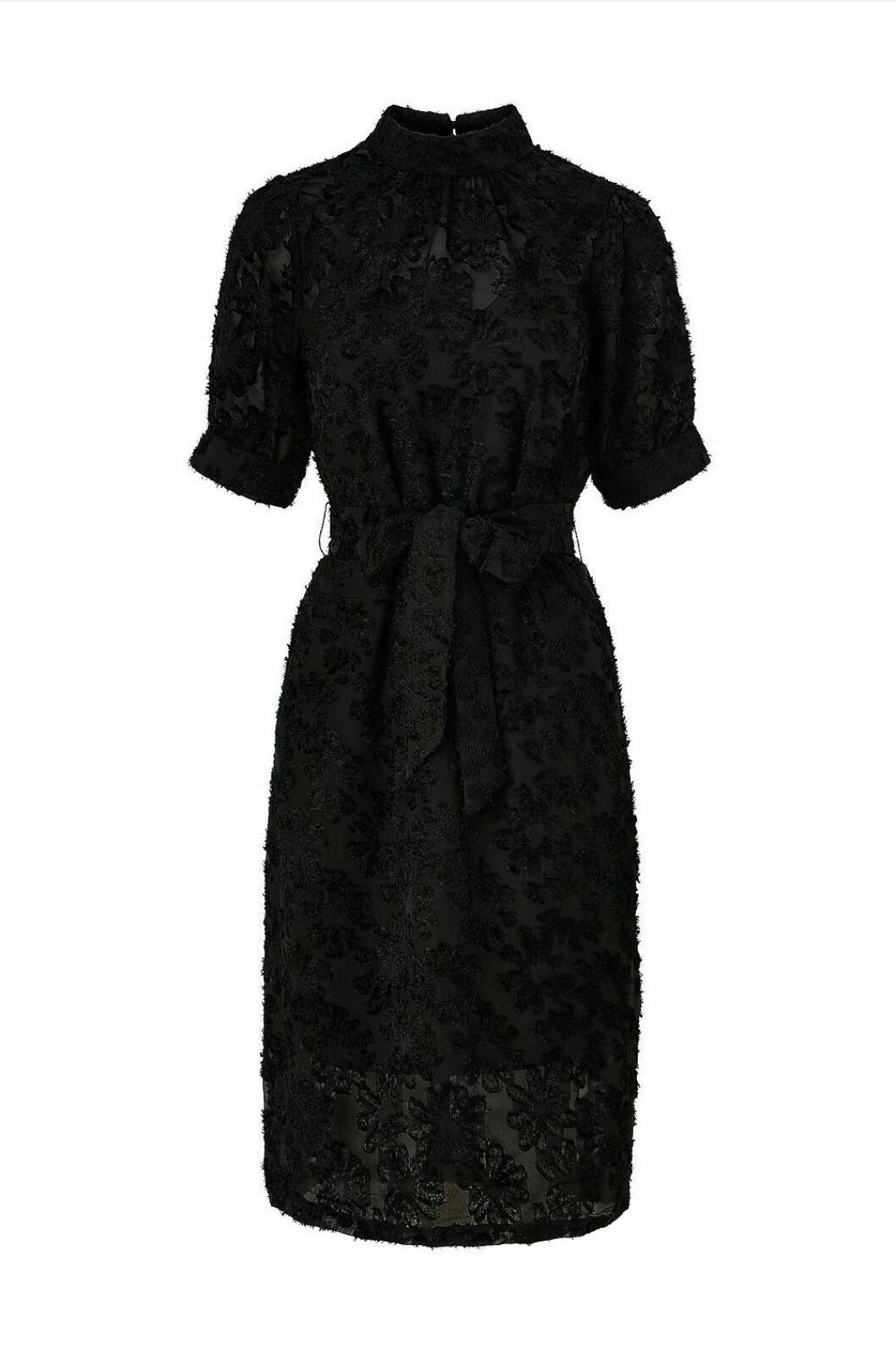 Svart mönstrad festklänning med markerad midja
