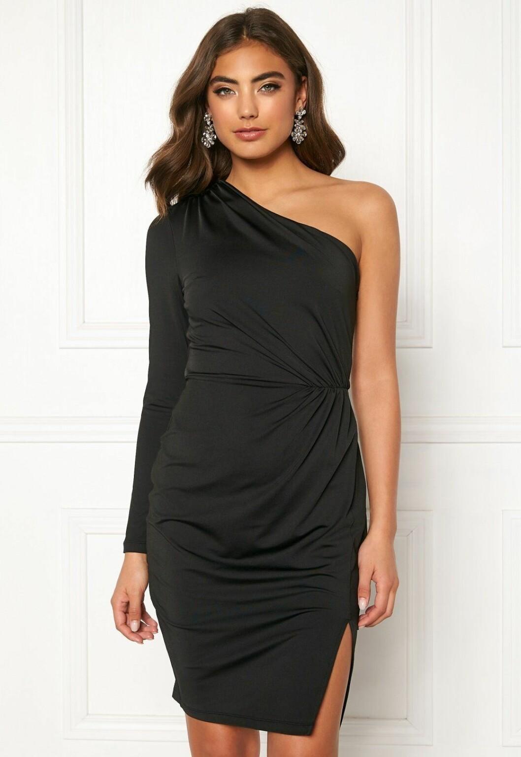 Svart one shoulder-klänning till nyår 2019