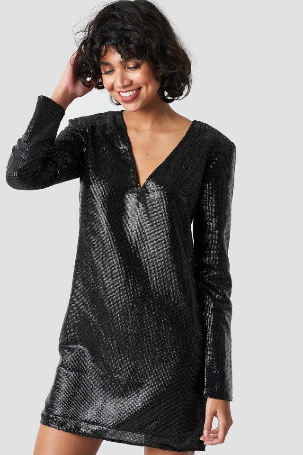 Svart paljettklänning med v-ringning för dam till nyårsafton 2019
