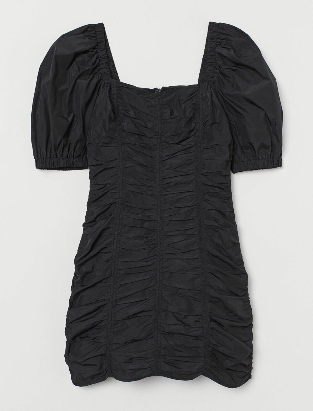Svart festklänning med puffärm för dam till 2019