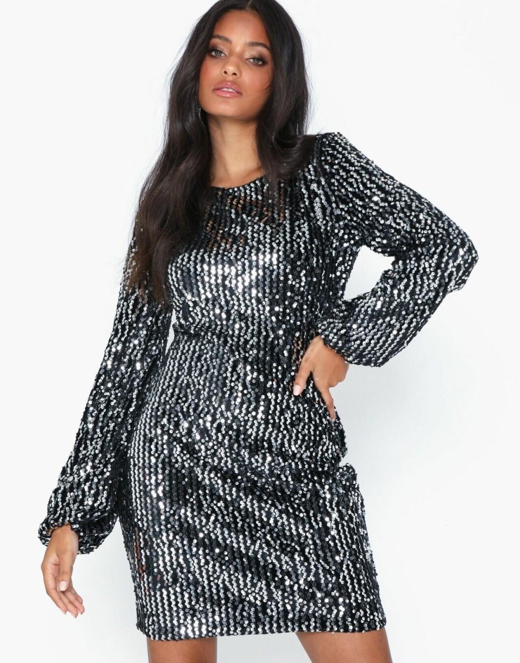 Silverfärgad paljettklänning med lång ärm