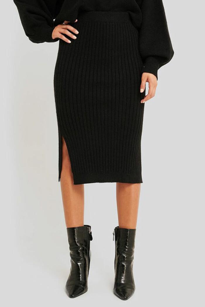 Svart stickad kjol med slits från Na-kd