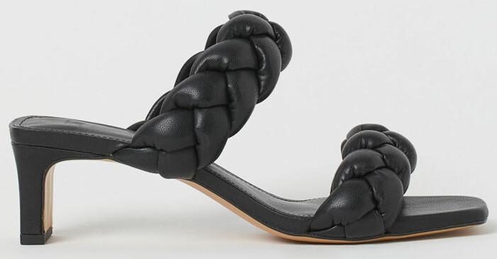 svarta sandaletter med vävda vadderade remmar från H&M som påminner om Bottega Venetas sandaler