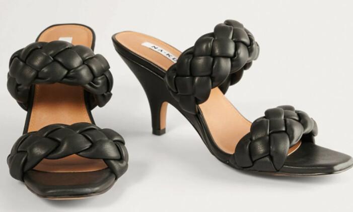 Svarta sandaletter med vävda vadderade remmar från Na-kd som påminner om Bottega Venetas sandaler