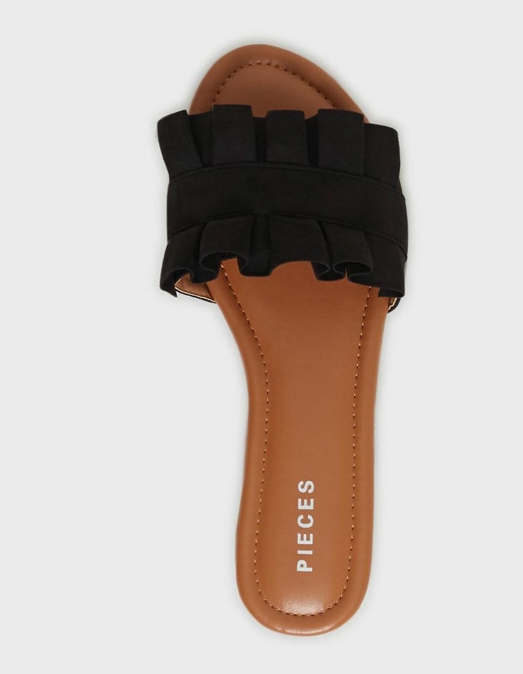 Svarta sandaler med volanger till budgetpris